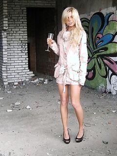 Оголенная блондинка прогуливается по заброшенной стройке - секс порно фото