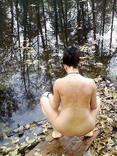 Зрелая брюнетка осталась голенькой на природе - секс порно фото