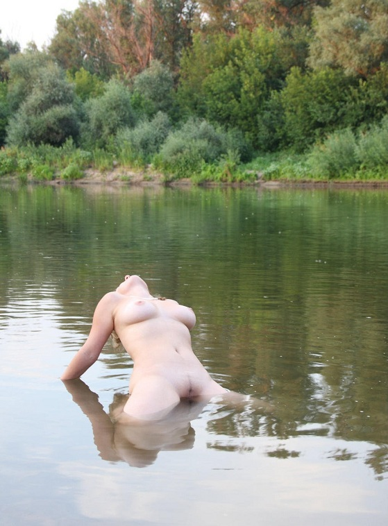 Сучка голышом прогуливается по пляжу - секс порно фото