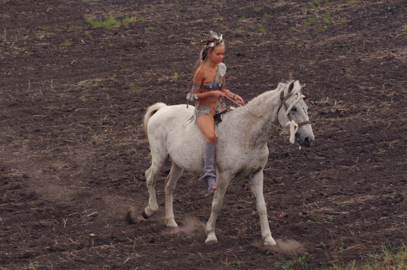 Амазонка сделала привал и проветрила прелести - секс порно фото