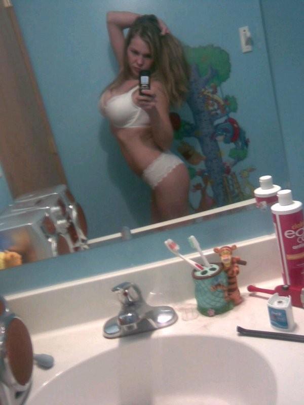 Студентки красуются телами перед зеркалом - секс порно фото