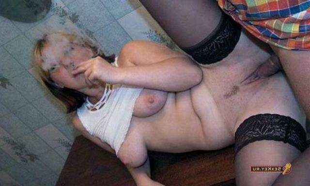 Шалава покурила во время вагинальной порки - секс порно фото