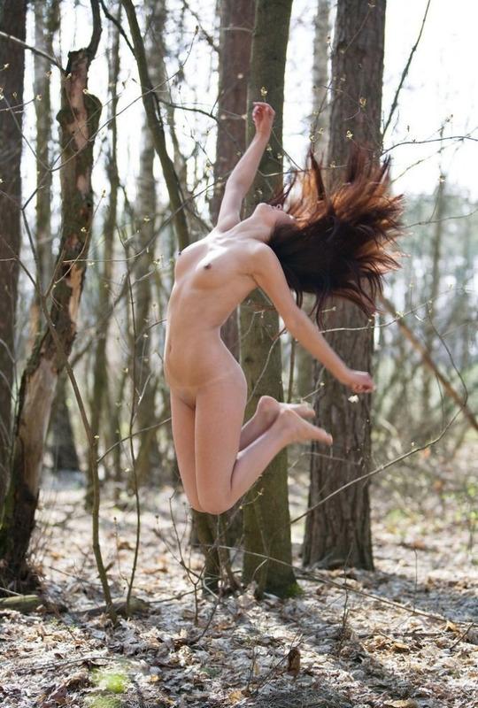 Сексапильная модель голышом в лесу - секс порно фото