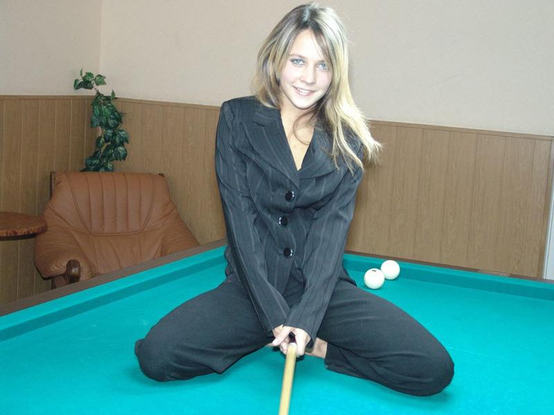 Худощавая шалава разделась на бильярдном столе - секс порно фото