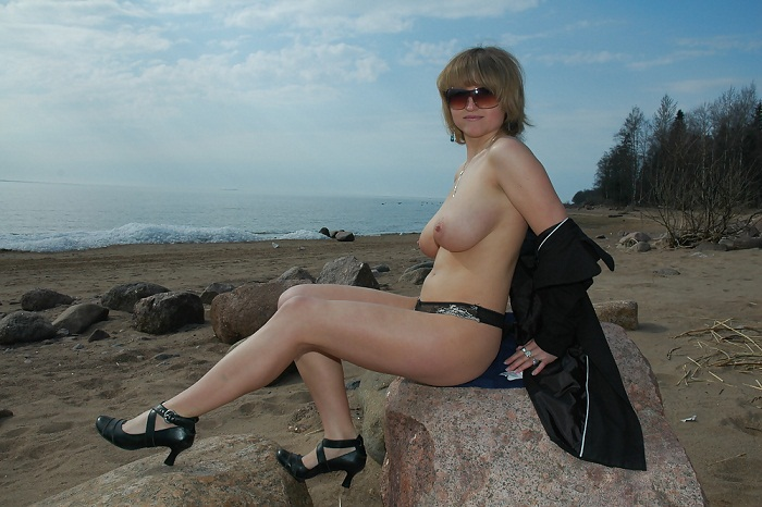Мамаша проветрила большие сиськи на берегу моря - секс порно фото