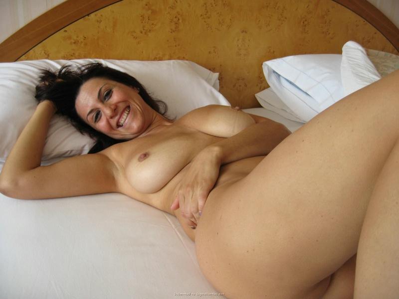 Зрелая проказница хвастается гладко выбритой пилоткой - секс порно фото