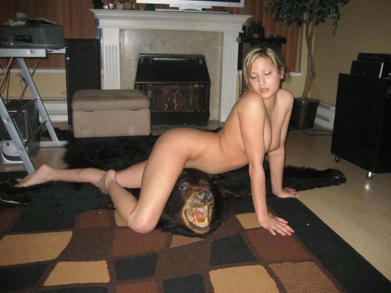 Оголенная красотка извивается на шкуре медведя - секс порно фото