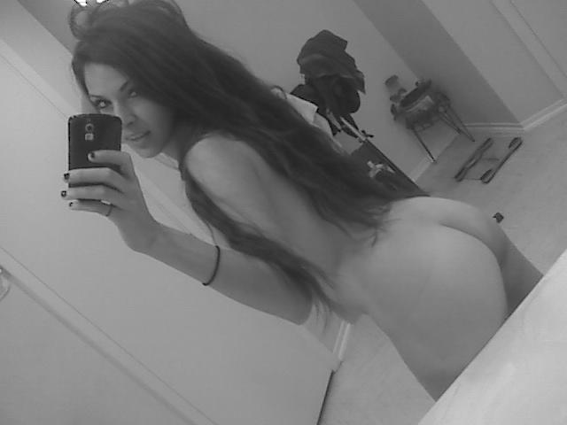 Взяла в руки телефон и наделала откровенных селфи - секс порно фото