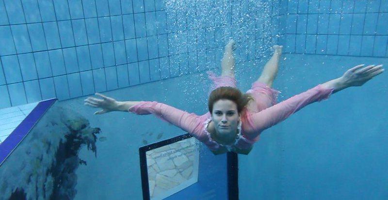 Залезла в бассейн и сверкнула голыми изюминками - секс порно фото