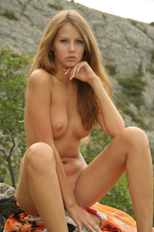 Залезла в горы и показала нагое тело - секс порно фото