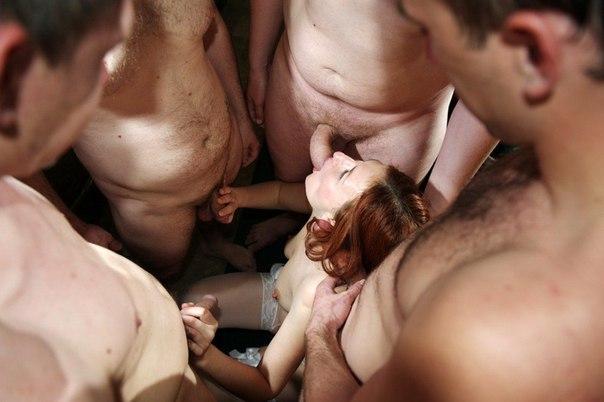 Обожают засовывать в рот много членов и проветривать промежность - секс порно фото
