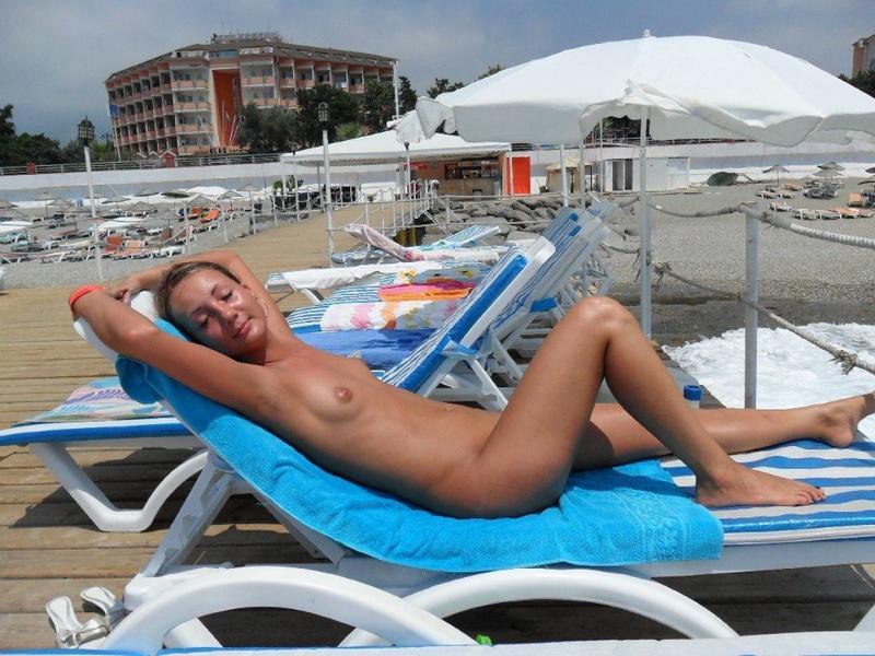 Курортницы загорают голышом и чпокаются в щелки - секс порно фото