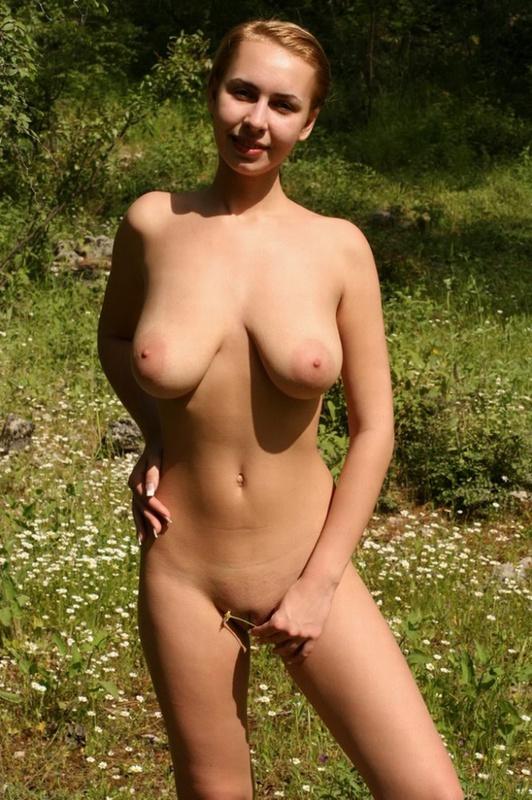 Матерая практикантка вывалила дойки на природе - секс порно фото