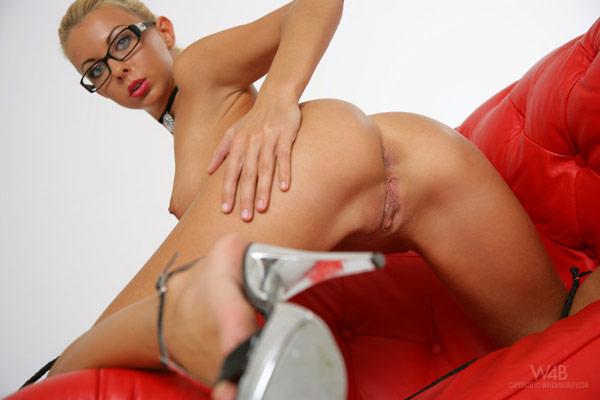 Взяла в руки плетку и раздвинула ноги перед мужиком - секс порно фото