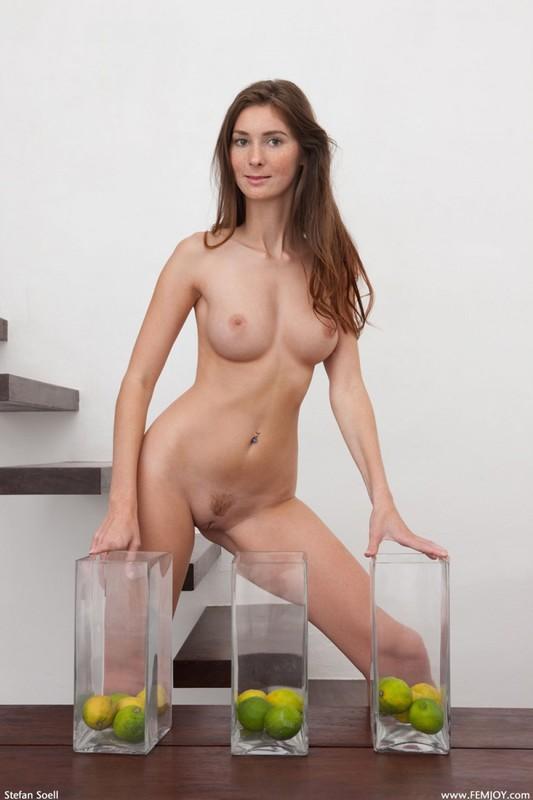 Сногсшибательная сука оголилась в гостиной - секс порно фото