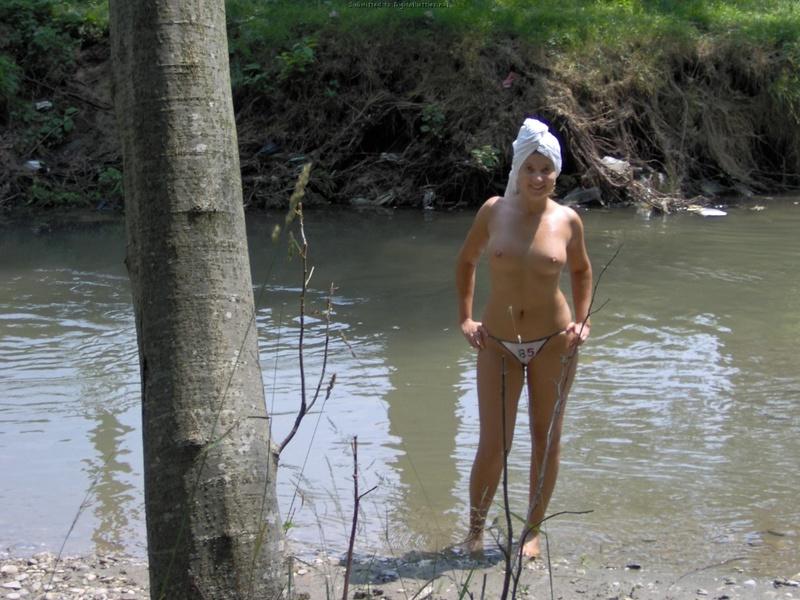 Сучка соблазняет отдыхающих своими упругими сиськами - секс порно фото