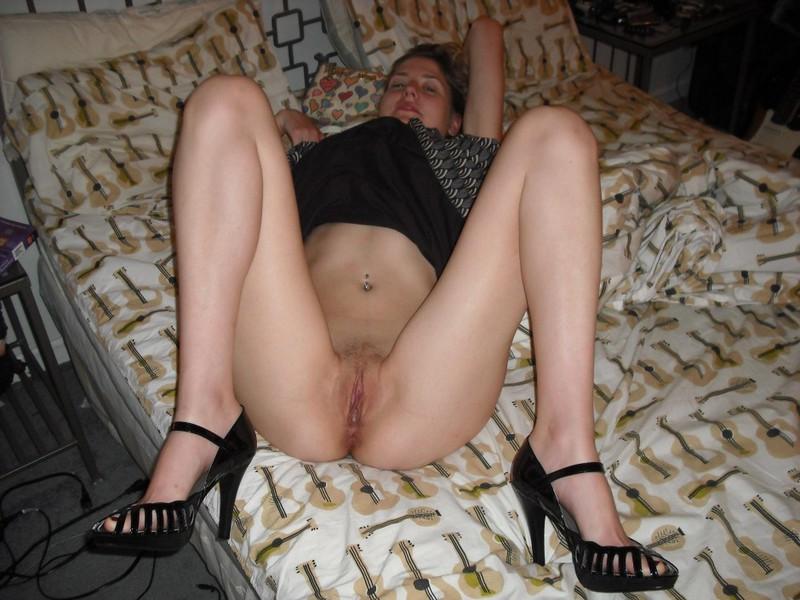 Стройная фифа голышом на мягкой постели - секс порно фото