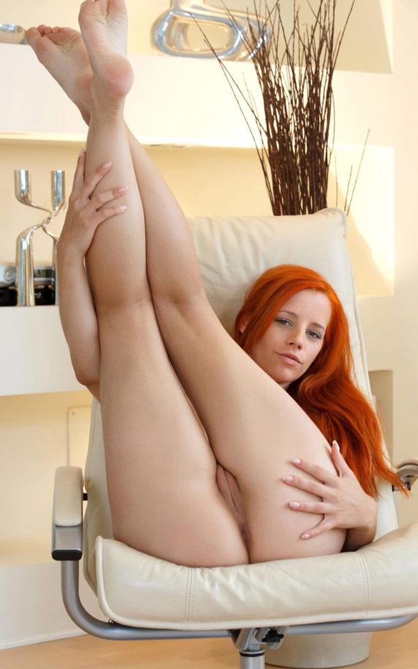 Рыжеволосая шалунья похвасталась упругими сиськами - секс порно фото