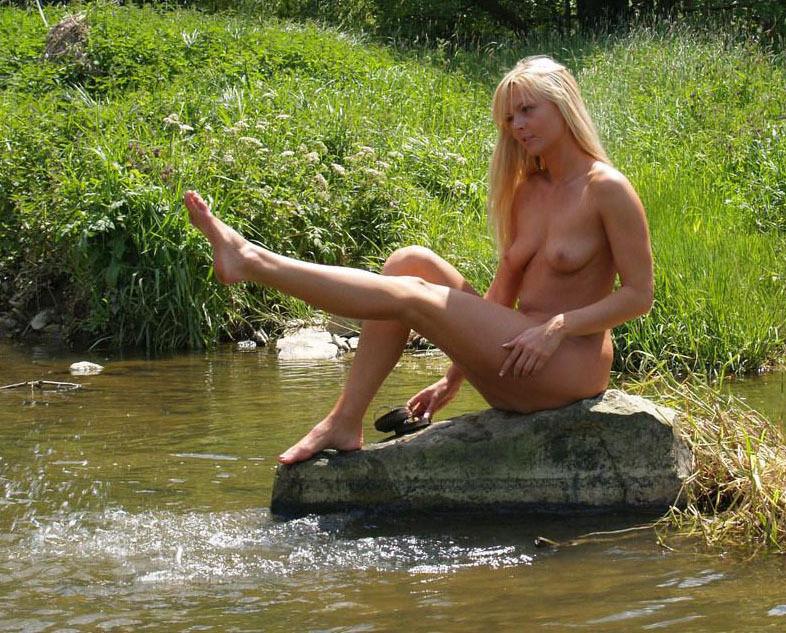 Лесная нимфа голышом прогуливается возле реки - секс порно фото