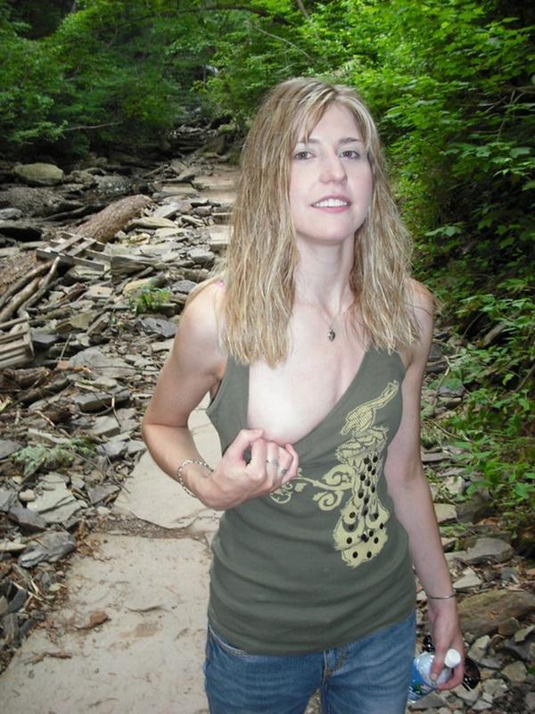 Худая блондинка не носит белья - секс порно фото