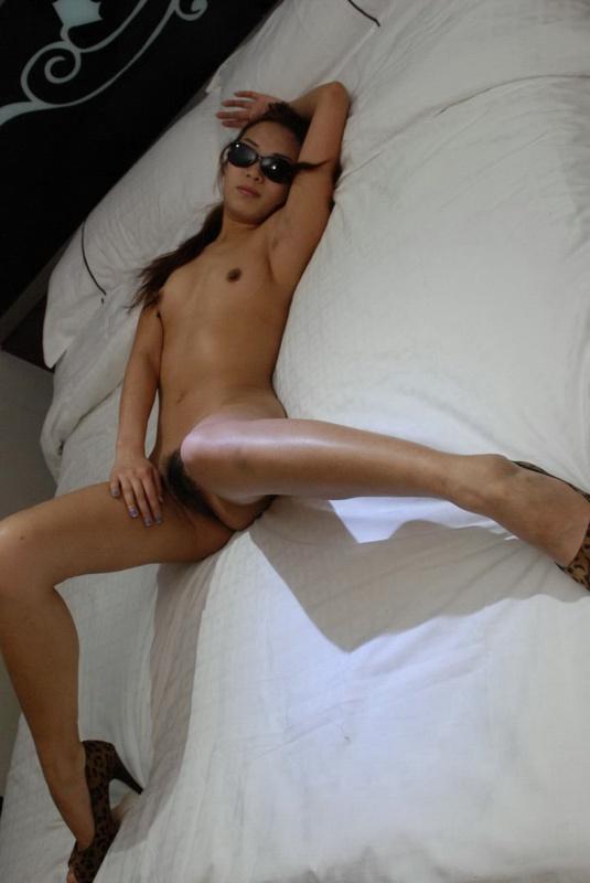 Секретарша прогуливается голышом по квартире - секс порно фото