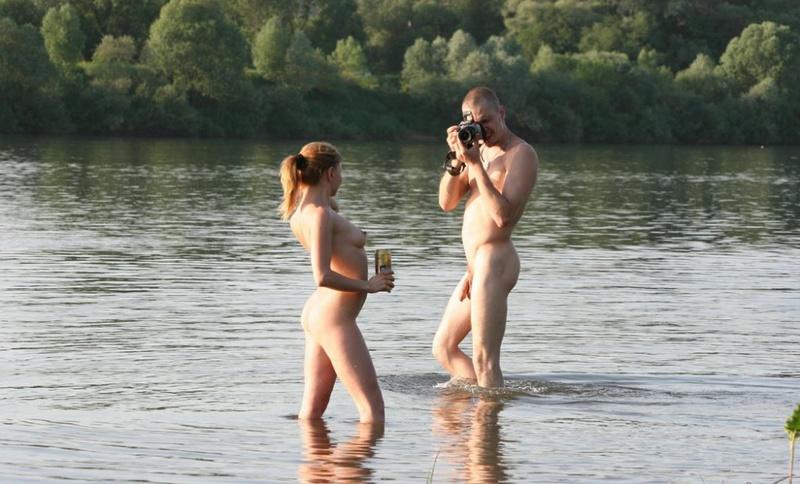 Голые любовники на берегу реки - секс порно фото