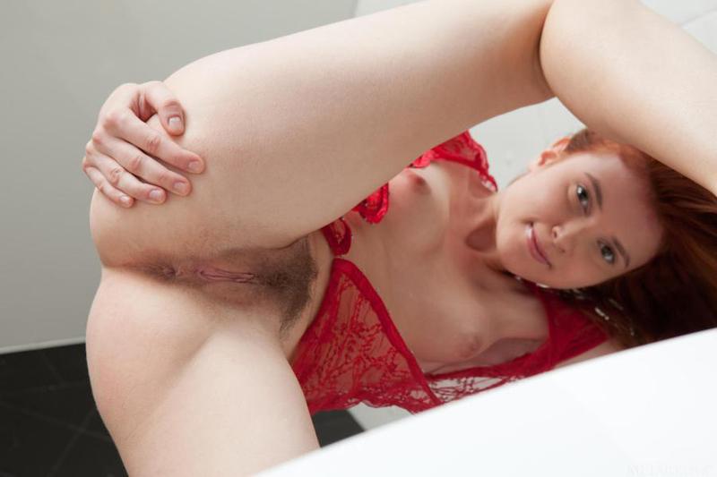 Рыжая сука с маленькими сиськами показала волосатую вульву - секс порно фото