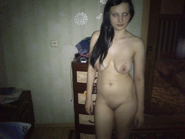 Сельские барышни становятся в позу и хвастаются промежностью - секс порно фото