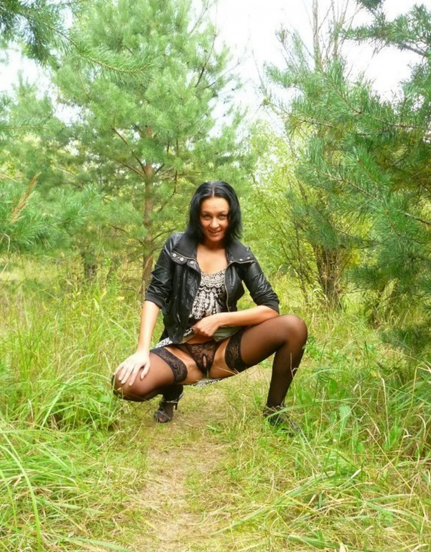 Опытная сучка позирует обнаженной на природе - секс порно фото