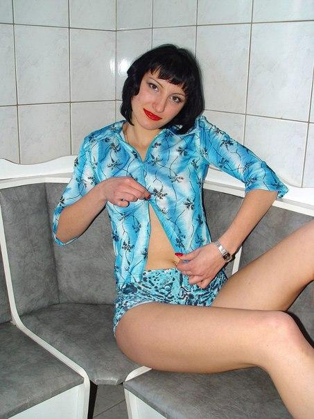 Оголенная фифа сверкает аккуратной щелкой - секс порно фото